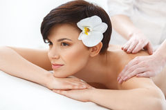 massage Close-up de uma mulher bonita que obtém termas fotos de stock royalty free