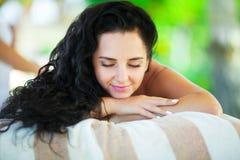 massage Close-up de uma mulher bonita que obtem o tratamento dos termas fotografia de stock