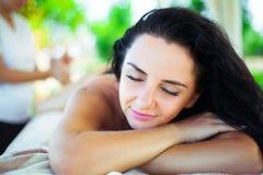 massage Close-up de uma mulher bonita que obtem o tratamento dos termas foto de stock royalty free