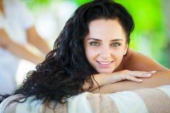 massage Close-up de uma mulher bonita que obtem o tratamento dos termas imagens de stock