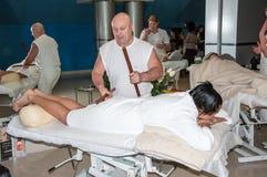 Massage créole de virtuose par les bâtons en bambou photographie stock