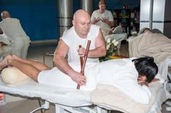 Massage créole de virtuose par les bâtons en bambou photo libre de droits