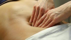 Massage d'Anticellulite dans la clinique mains en gros plan de masseur faisant le massage abdominal, massage des organes internes clips vidéos