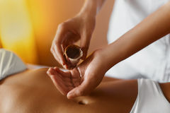 Massage d'huile d'Aromatherapy photographie stock libre de droits