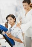 Massage dans le bureau photographie stock