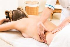 Massage dans le salon de beauté photographie stock libre de droits