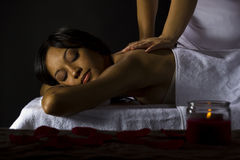 Massage dans une salle foncée Photo stock