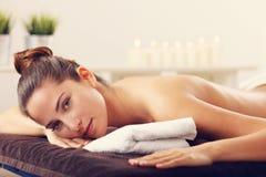 Massage de attente de belle femme dans la station thermale Images libres de droits