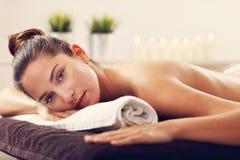 Massage de attente de belle femme dans la station thermale Photos stock