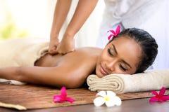 Massage de Balinese dans l'environnement de station thermale Image stock