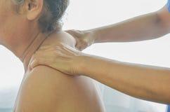Massage in de bejaarden royalty-vrije stock foto's