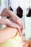 Massage de bras Photographie stock
