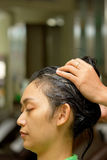 Massage de cheveu au salon image stock