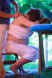 Massage de cou de femme enceinte par le thérapeute physique photos stock