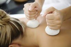 Massage de fines herbes de Tthai Photographie stock