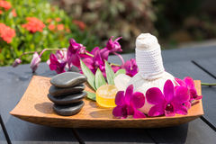 Massage de fines herbes extérieur de station thermale Image libre de droits