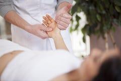 Massage de main à une station thermale Images libres de droits