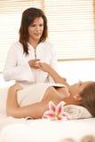 Massage de main dans le salon de massage photographie stock