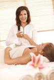 Massage de main dans le salon de massage images libres de droits