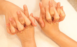 Massage de main de Reflexology, demande de règlement de main de station thermale Photographie stock libre de droits