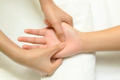 Massage de main et de doigt Photographie stock libre de droits