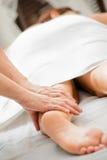 Massage de patte Photographie stock
