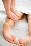 Massage de patte Images stock