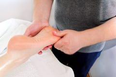 Massage de pied photographie stock libre de droits