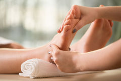 Massage de pied photo stock