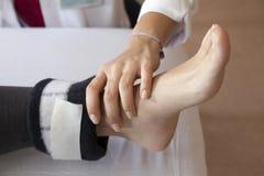 Massage de pied avec des électrodes Photographie stock