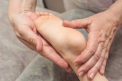 Massage de pied de bébé Photos libres de droits
