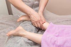 Massage de pied de bébé Photographie stock