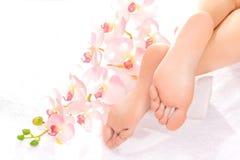 Massage de pied dans le salon de station thermale Image libre de droits