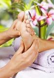 Massage de pied dans le salon de station thermale Photographie stock libre de droits