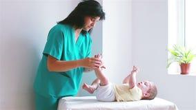 Massage de pied de bébé banque de vidéos