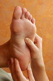 Massage de pied de Reflexology de station thermale Photographie stock
