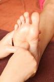 Massage de pied de Reflexology, demande de règlement de pied de station thermale Images stock