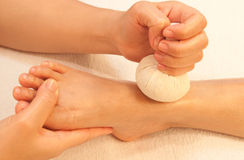 Massage de pied de Reflexology par l'herbe de bille Photos libres de droits