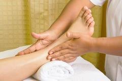 Massage de pied, demande de règlement de pétrole de pied de station thermale Photographie stock libre de droits
