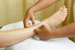 Massage de pied, demande de règlement de pétrole de pied de station thermale Photos libres de droits