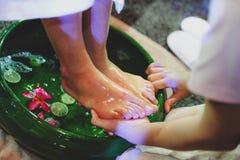 Massage de pied et de jambe, huile se renversante de th?rapeute ? un pied environ ? masser image libre de droits