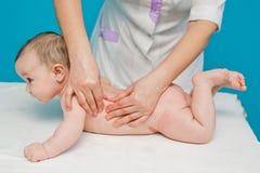 Massage de pied nouveau-né Image stock