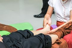 Massage de pied pour la santé photo libre de droits