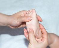 Massage de pied un bébé Photographie stock libre de droits