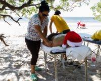 Massage de plage de vacances images libres de droits