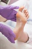 Massage de soins du pied avec de la crème Procédure de STATION THERMALE de pédicurie Photographie stock libre de droits