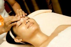 Massage de visage à la clinique de beauté image stock
