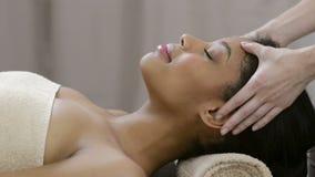 Massage de visage à la station thermale banque de vidéos