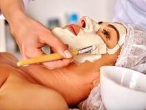 Massage de visage d'une cinquantaine d'années de prise de femme dans le salon de station thermale Images libres de droits