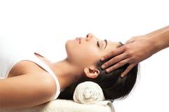 Massage de visage et de chef à la station thermale Photographie stock libre de droits